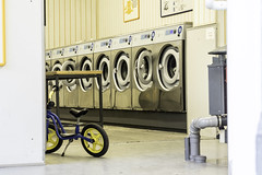 Training Bike in Self-Service Laundry (kohlmann.sascha) Tags: street house building berlin deutschland traffic tube pipe streetphotography machine haus technik washingmachine laundromat rohr technique verkehr waschsalon gebude machinelaver laverie launderette mechanics mechanik maschine lavadora lavanderia waschmaschine twowheeler lavelinge lavatrice laufrad commercialbuilding lavandaria fortbewegungsmittel zweirad laveuse biciclo laverieautomatique deuxroues geschftshaus lessiveuse clotheswasher   streetfotografie selfservicelaundry strasenfotografie lalavadora lavabiancheria lalavandera trainerbike lavanderiaagettone  mquinadelavararoupa