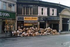LONDON 1979 (streamer020nl) Tags: london 1979 strike rubbish waste abfall afval vuilnis england louiselh llh gb uk bishopsgate dunn co benson hedges arcade rays shop busstop bushalte vintage liverpoolstreet ms