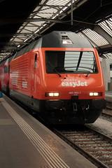 SBB Lokomotive Re 460 063 - 1 mit Taufname Brunegg und Werbung fr easyJet ( Werbelokomotive seit 25.10.14 ) am Bahnhof Zrich HB im Kanton Zrich in der Schweiz (chrchr_75) Tags: chriguhurnibluemailch christoph hurni schweiz suisse switzerland svizzera suissa swiss chrchr chrchr75 chrigu chriguhurni 2014 schweizer bahnen eisenbahn bahn tranin treno albumbahnenderschweiz 1410 oktober2014 oktober albumbahnenderschweiz2014712 train zug sbb cff ffs werbelokomotive re 460 lokomotive re460 albumsbbre460 schweizerische bundesbahn bundesbahnen lok albumbahnsbbre460werbelokomotiven juna zoug trainen tog tren   locomotora lokomotiv locomotief locomotiva locomotive railway rautatie chemin de fer ferrovia  spoorweg  centralstation ferroviaria