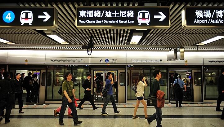 9Tàu điện ngầm là phương tiệ hữu hiệu nhất để tránh kẹt xe tại Hong Kong.