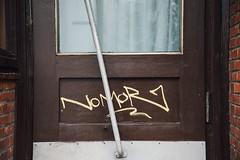 Shades of Brown in Graffiti (MoWePhoto.de) Tags: hamburg streetphotography door doorhandle glas