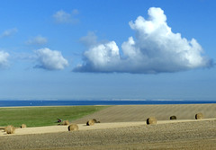 Cte d'Opale, paysage agricole (Ytierny) Tags: mer france horizontal angleterre nuage paysage falaise channel manche nord champ foin pasdecalais graphisme littoral meule ctedopale agricole boulonnais sitedesdeuxcaps ytierny