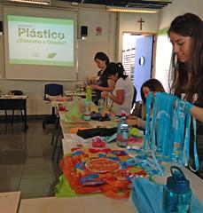 "Workshop ""Plstico: Desecho o Diseo? (Crea en verde) Tags: design diy workshop taller recycle diseo reciclaje duocuc upcycling 5dd creaenverde 5dd2014"