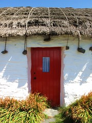 fisherman's cottage (I) (pix-4-2-day) Tags: door tür rot red white weis reeddach thatched roof isle man niarbyl traditional traditionell manx blue sky blauer himmel pix42day
