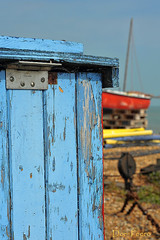 fishingboats-in Deal (Don Pedro de Carrion de los Condes !) Tags: greatbritain sea beach colors boats coast kent tide pebbles tourists hut shore deal pebblebeach weathered shack weatheredwood dover donpedro verweerd