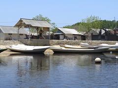 "Village et bateaux de pêcheurs <a style=""margin-left:10px; font-size:0.8em;"" href=""http://www.flickr.com/photos/83080376@N03/15625301742/"" target=""_blank"">@flickr</a>"