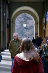 L'arte del sapersi distinguere (encantadissima) Tags: people ragazza luci ombre