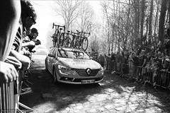 Teamcar (Torsten Frank) Tags: arenberg auto frankreich nordpasdecalaispicardie parisroubaix pavés radrennen radsport renault trouéedarenberg wallers zuschauer car cycling