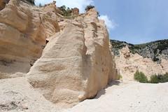 il canyon (Roberto Tarantino EXPLORE THE MOUNTAINS!) Tags: lame rosse lamerosse monti sibillini marche canyon montagna nuvole cielo primavera fiastra diga