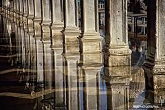 Sotto i portici di San Marco (hapePHOTOGRAPHIX) Tags: hapephotographix italien italy italia venice venezia venedig 380ven 380ita nikon f80 aquaalta 380aqa hochwasser inundación flood spiegelung reflexion reflection reflexión piazzasanmarco markusplatz plazadesanmarcos 999ref dsplyys