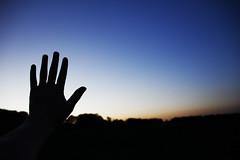 Hi ! (C_MC_FL) Tags: light sky silhouette canon landscape photography eos austria evening abend licht sterreich twilight focus fotografie sonnenuntergang hand sundown finger horizon himmel blinding dmmerung tamron landschaft vignette horizont fokus abendstimmung abendlicht umris blenden kontur zwielicht 18270 60d b008