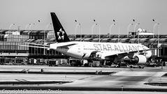 Star Alliance (United Airlines) Boeing 777-200ER (Doctor Christopher) Tags: boeing unitedairlines boeing777 staralliance chicagoohareinternationalairport boeing777200 boeing777200er