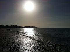 Jouer avec le soleil... (ElleagMAP) Tags: mer soleil plage contrejour donvillelesbains