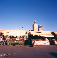48 Marrakesch (M. SCHULZ) Tags: zenza bronica s2a fuji rdp ii provia 100 f fujichrome dia slide 120 6x6 120mm mittelformat middle medium format rollfilm film iso analog canon 9000f afrika africa afrique marokko morocco maroc almaġrib maghreb marrakesch marrakech sommer summer moschee mosque minarett minaret medina djemaa el fna jemaa elfnaa suk suq souq markt market frucht fruit souk square analogue