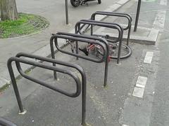 klamerice 4 (Infra Sindikatbiciklista) Tags: pariz parkiranje