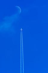 Flying to the moon (Yannis_K) Tags: moon airplane airplanestream blueskies yannisk nikond7100 nikon70300mmf4556vr jet flying overlay