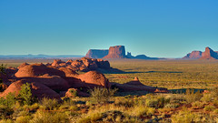 Sunset at Monument Valley National Park (W_von_S) Tags: monumentvalley monumentvalleynationalpark nationalpark america amerika southwest usa us landscape landschaft sunset sonnenuntergang sonne sun felsen rocks red redrocks rot wilderwesten wildwest indianer navajo navaho panorama paysage paesaggio sony wvons werner outdoor steppe land light schatten arizona
