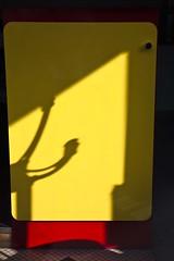 Le mot portemanteau (Gerard Hermand) Tags: 1704037369 gerardhermand france paris canon eos5dmarkii formatportrait ombre shadow portemanteau coathanger comptoir counter cafe jaune yellow rouge red formica
