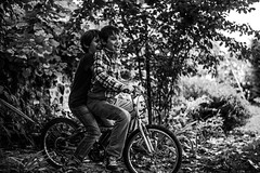 Tandem (PaxaMik) Tags: vélo bicycle jardin garden autumn campagne countryside country rires laugh jeux jeudenfant kidsplaying noiretblanc noir n§b b§w action