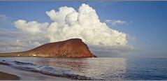Der Berg und die Wolke (vonreichenbach) Tags: rock cloud clouds water ocean meer ozean berg wolken bright light spring frühling holiday sport glaze