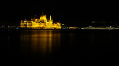 Parlamentsgebude in Budapest (Philip Klug) Tags: park city panorama water licht wasser hungary nacht hauptstadt budapest parliament stadt duna parlament ungarn dunkel donau dunkelheit