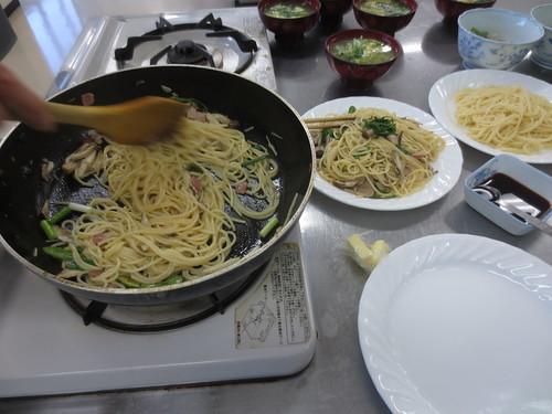 きのこ類とスパゲッティをからめています