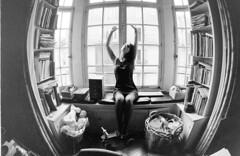 la fille lumière - analog (Stefano☆Majno) Tags: paris window analog canon 33 posing 400 shooting analogue trocadero ilford analogica naima pellicola majno setfano