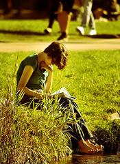 München - Frau liest ein Buch in den Park (divicoalessandro) Tags: park buch lesen munich münchen frau