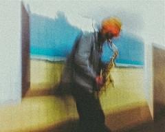 Un saxophoniste dans le metro (Lionel Nakache) Tags: street portrait musician paris france silhouette subway photography couleurs mtro figures musique saxo musicien likeapainting mtroparisien lookslikeapainting saxophoniste commeunepeinture