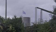 S1140223 (maaß) Tags: israel himmel wolken golan katzrin weinkellerei bäume israelfahne kkljnf