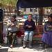 Comendo carne de lhama com locais na praça de Tahua