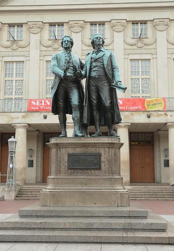 Aus Touristen-Perspektive: Goethe und Schiller vor klassizistischer Fassade; Weimar