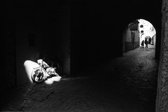 (Paysage du temps) Tags: 2017 20170330c film hp5 ilford leicam6 summicron35mm maroc morocco marrakech mobylette medina