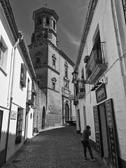 Calle Romanones, Antigua Universidad, Baeza, Jaén, Spain (Angel Talansky) Tags: street streetphoto streetphotography jaen baeza ubedaybaeza ciudad city calle calleromanones bw universidad turismo andalucia spain españa monumento 86