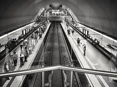 La espera (julyyale) Tags: subte subterraneo trenes ferroviario simetría blackandwhite canon