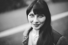 Auf einen Blick (tobi_digital) Tags: personen portrait vanessaheisack sw bnw frau haare schwarzweiss offenblende augen flüchtig halskette