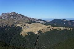 Cabana Ciucaș, văzută de pe Muntele Roșu