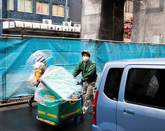 170401-0174-IMG_2694-Bearbeitet (ivan_sorokin) Tags: auto blau farbe japan menschen regenschirm straãe 2017 strase