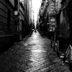 ◎ Right in the middle ◎ (Lands_of_Art) Tags: streetshot streetphotography streetphoto bnwshot bnwmood streetview blackandwhite bnwlife bnw bnwphoto bnwpeople bnwstreet streetphotobw napoli amateursbnw streetstyle nikon nikonitalia biancoenero landsofart