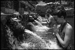 Tirta Empul Temple (jambros76) Tags: phototravel backpackers traveller travel respect buddishm portrait photo canon400d canonistas canon blancoynegro blackandwhite bnw byn budismo temple tirtaempul