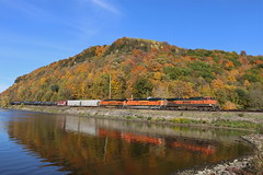 Glen Haven, Wisconsin (UW1983) Tags: wisconsin fallcolors trains freighttrains bnsf railroads glenhaven aurorasubdivision