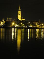 Zicht op de lichtjes van de Schelde en de kathedraal (Koen Meessens) Tags: haven water sport electric blauw nacht belgi run schelde lopen rood antwerpen donker lichtjes 2014 ballonnen kathedraalvanantwerpen antwerpenlinkeroever