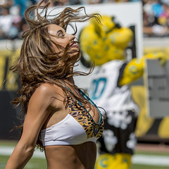 Roar (mutrock) Tags: woman usa football unitedstates florida nfl mascot jacksonville fl cheerleader roar jaxson jaguars nationalfootballleague jaxsondeville everbankfield