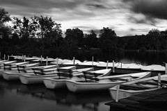 ...and the boats are moving gently (ELECTROLITE photography) Tags: longexposure blackandwhite bw lake monochrome boats see evening abend blackwhite moving boote sw schwarzweiss gttingen langzeitbelichtung kiessee paulart nikond800 zeissplanart1450zf2 andtheboatsaremovinggently nowheremansart