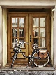 Fahrrad mit Hilfsmotor (Bernward Harz) Tags: france frankreich colmar f16 alsace portal tor tr fahrrad iso1600 14mm 19sek sonntag19oktober2014
