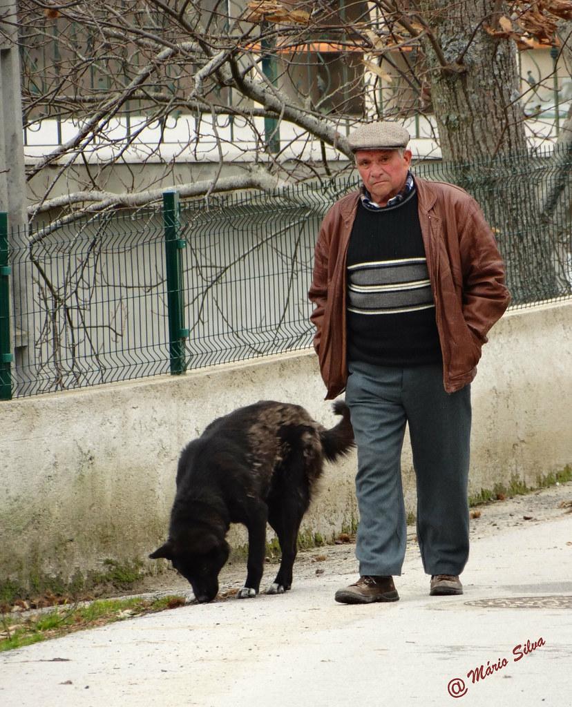 Águas Frias (Chaves) - ... o cão segue ao lado do dono ...