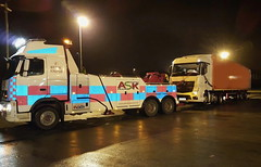Volvo FH13 Recovering Loaded Artic Overnight 2 (JAMES2039) Tags: volvo tow towtruck truck lorry wrecker heavy underlift heavyunderlift 6wheeler frontsuspend cardiff rescue breakdown night ask askrecovery recovery fh13 pn09juc pn09 juc merc mercedes axor atego tractorunit trailer