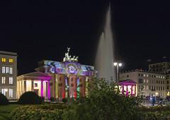 Brandenburger_Tor_033 (p¡Xelbre! by LTX) Tags: berlin nacht night brandenburgertor brandenburggate pariserplatz lichtinstallation lightinstallation historic historisch sky himmel architektur architecture berlinmitte berlinleuchtet berlinleuchtet2016 fontäne fountain