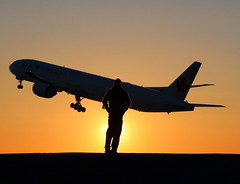 Boeing 777 (jlp771) Tags: boeing 777 canon sunset shadow yul 80d exterior silhouette plane avion aircanada