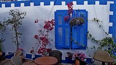 """DSC01741 (dreptacz) Tags: kreta grecja agiamarina okno mur stolik krzesła niebieski biały okiennice wyspa farba sony55v slt55 lustrzanka kwiaty """"sonyflickraward"""""""